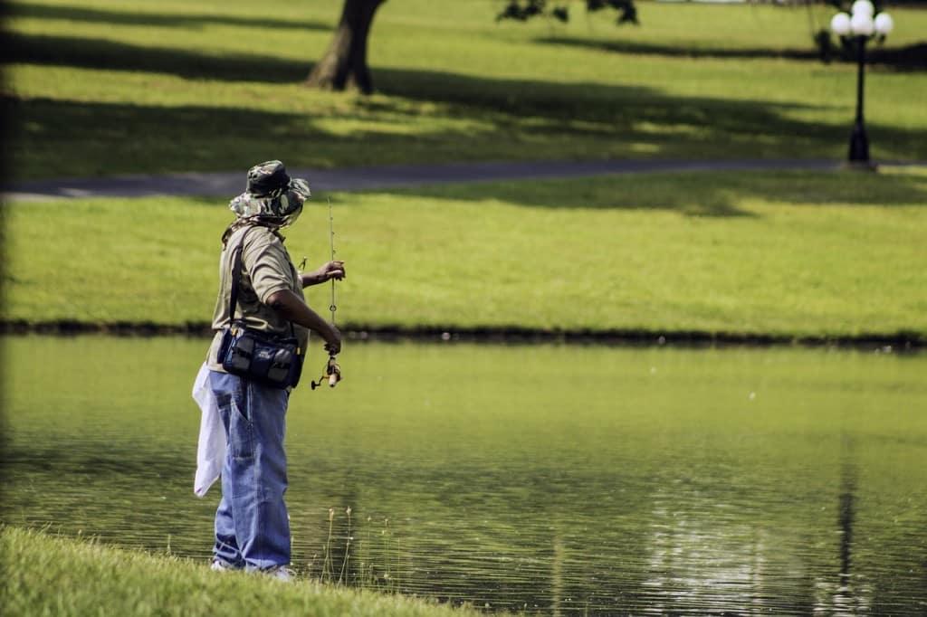 Pécheur sur étang