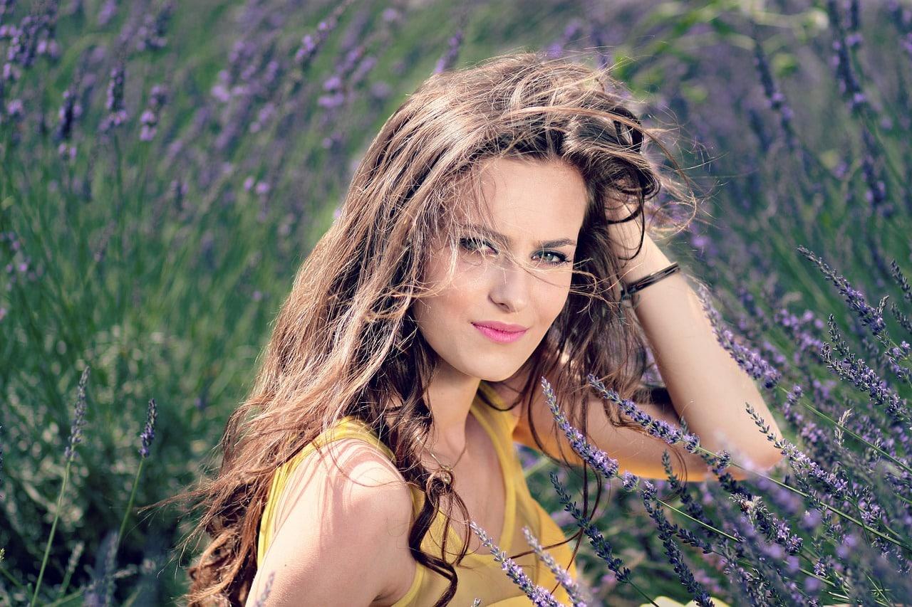 Une belle femme dans un champs