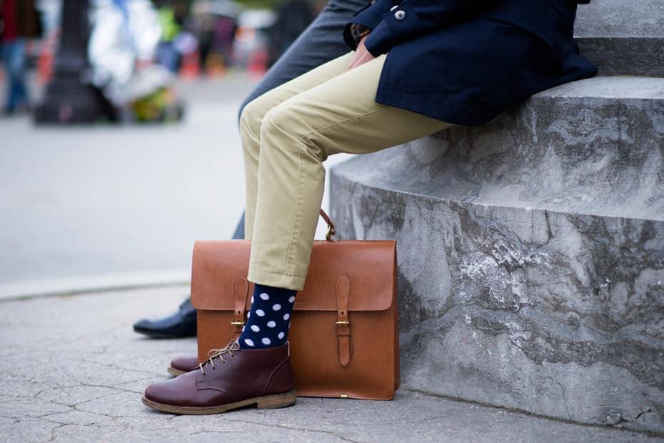 un homme en chaussettes