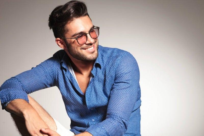 un jeune homme avec une chemise bleue ouverte