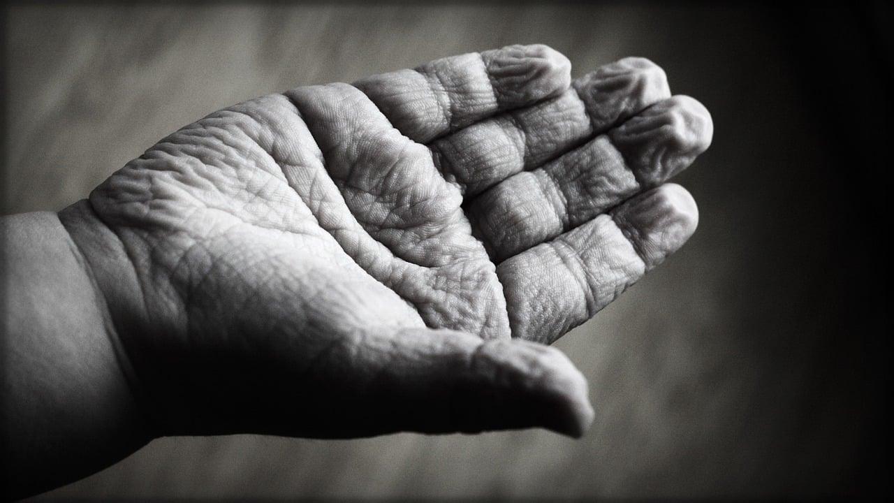 une main vieillie par l'âge