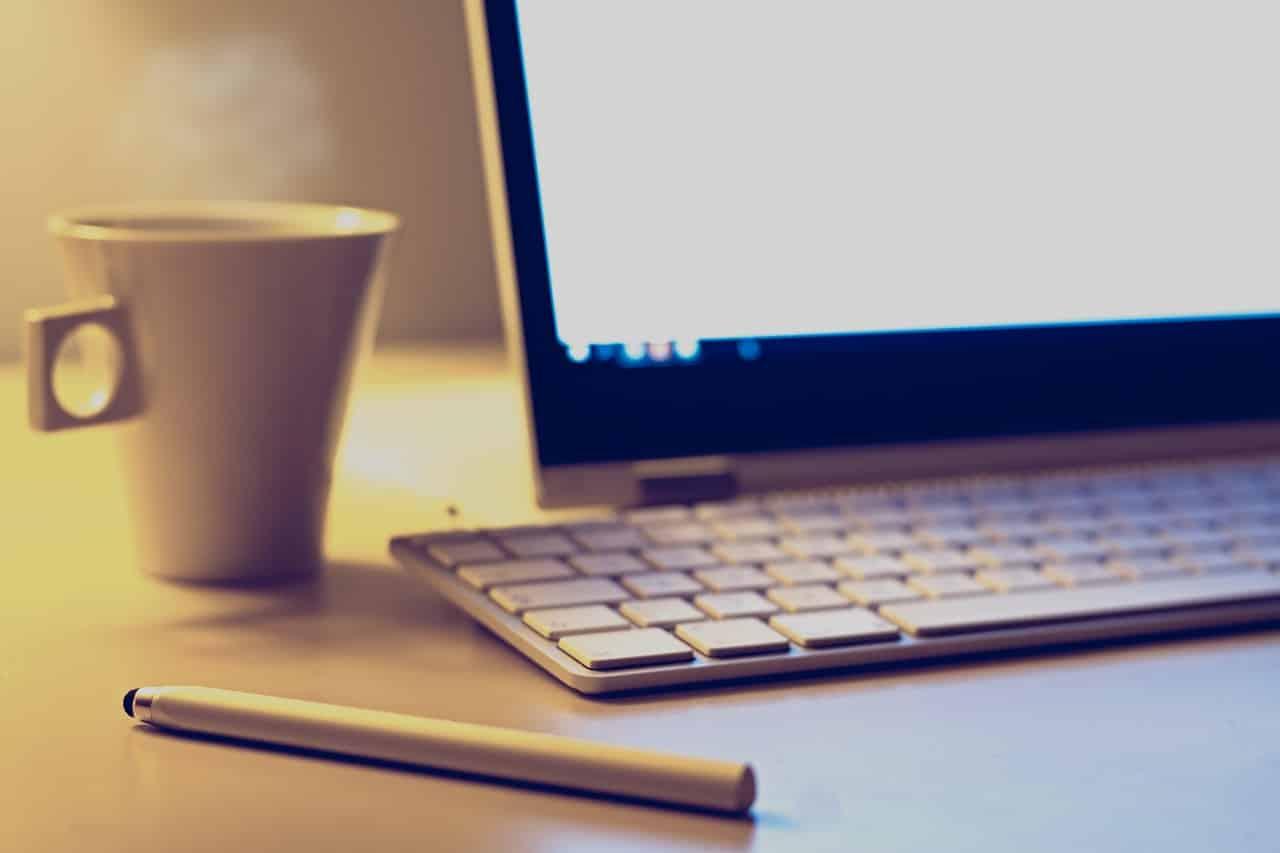 un ordinateur avec une tasse de café