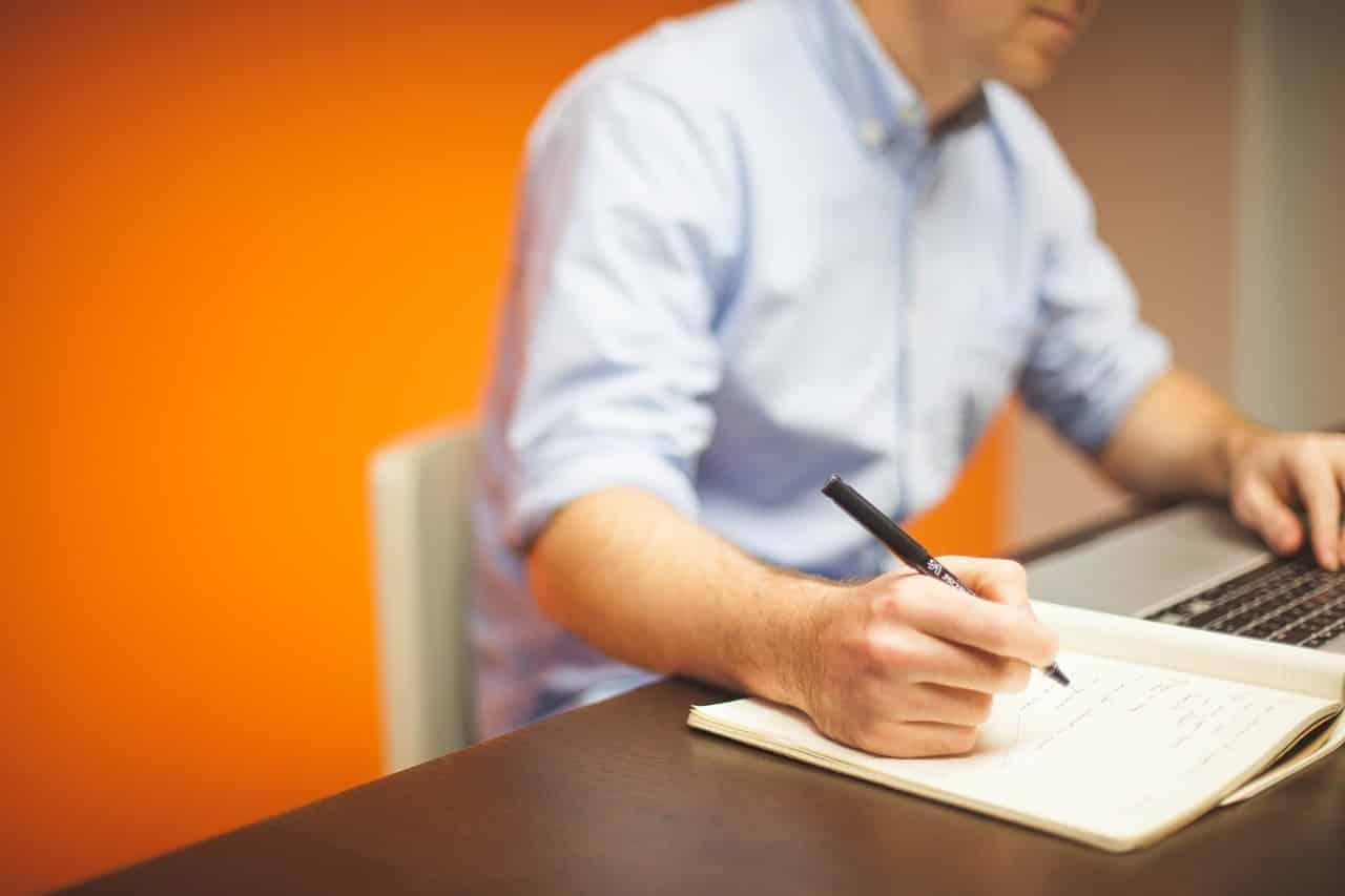 Un étudiant travaillant ses cours de marketing digital