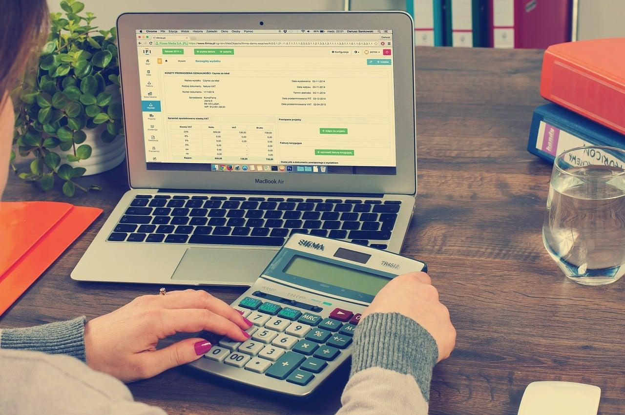 un comptable faisant une facture