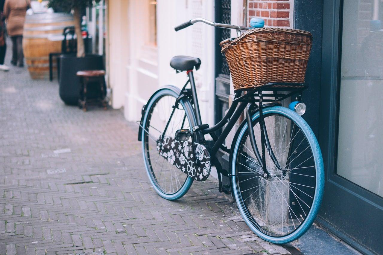 Vélo accroché en sécurité