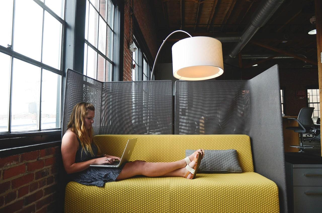 Freelance travail sur canapé