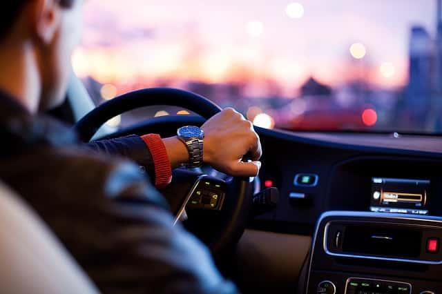 Un homme conduit