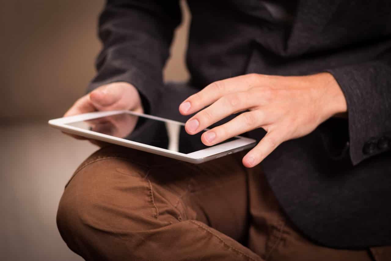 Homme avec sa tablette