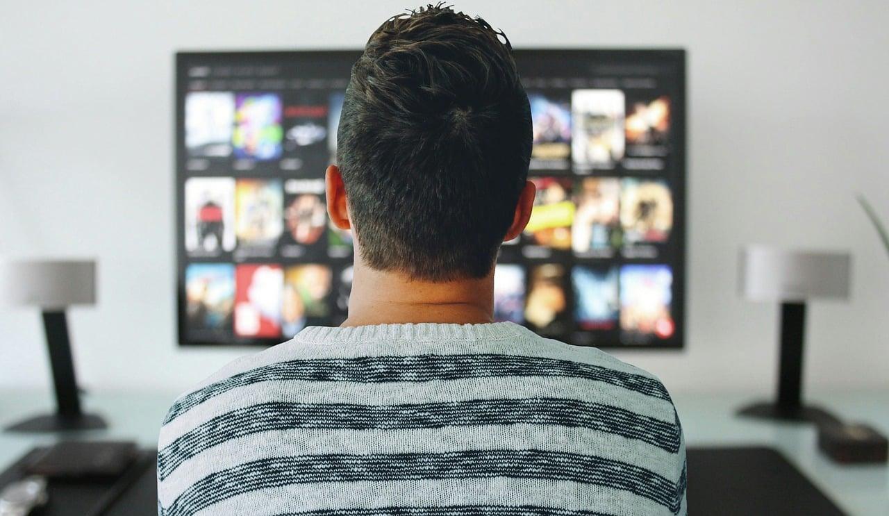 Regarder une série à la télé