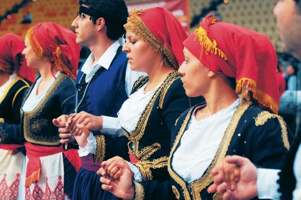 Danses crétoises en costume traditionnel traditionnel