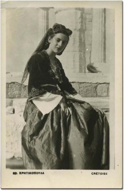 Femme kriticopoula en costume crétois typique tradition de la carte postale ancienne