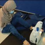 Une Malaisienne, née sans bras, coud des EPI avec les pieds