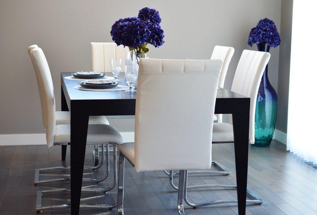 Chaise blanche moderne autour d'une table de salle à manger
