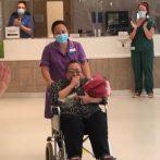 Une infirmière qui était dans le coma pendant 40 jours en raison du COVID-19 applaudie par ses collègues après la sortie de l'hôpital