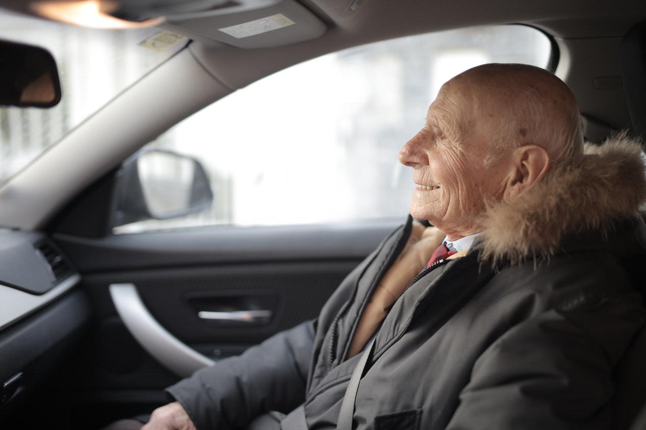 Un homme heureux dans sa voiture