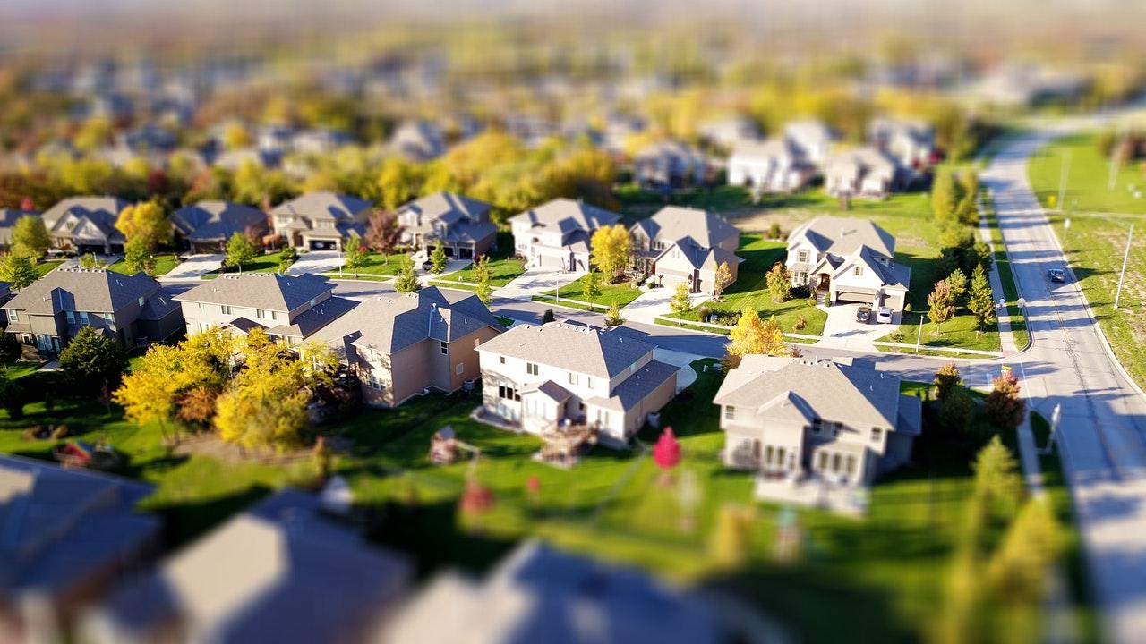 Des maisons dans un quartier