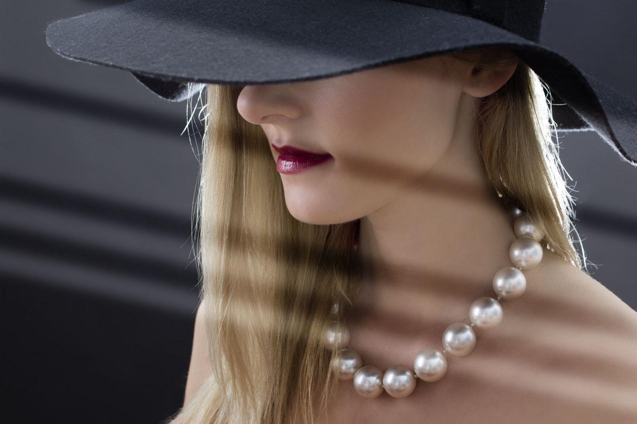 Perles portées par une femme