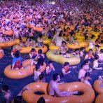 Le parc aquatique de Wuhan organise une énorme fête à la piscine dans le coronavirus chinois Ground Zero
