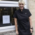 Salon a dû supprimer une offre d'emploi pour un styliste `` heureux '' car elle est `` discriminatoire '' envers les personnes malheureuses