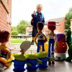 Papa recrée la douce scène de 'Toy Story' pour renvoyer son fils de 4 ans à l'école