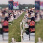 Les participants s'assoient sur leurs propres plates-formes lors d'un concert en plein air socialement éloigné organisé au Royaume-Uni au milieu d'une pandémie