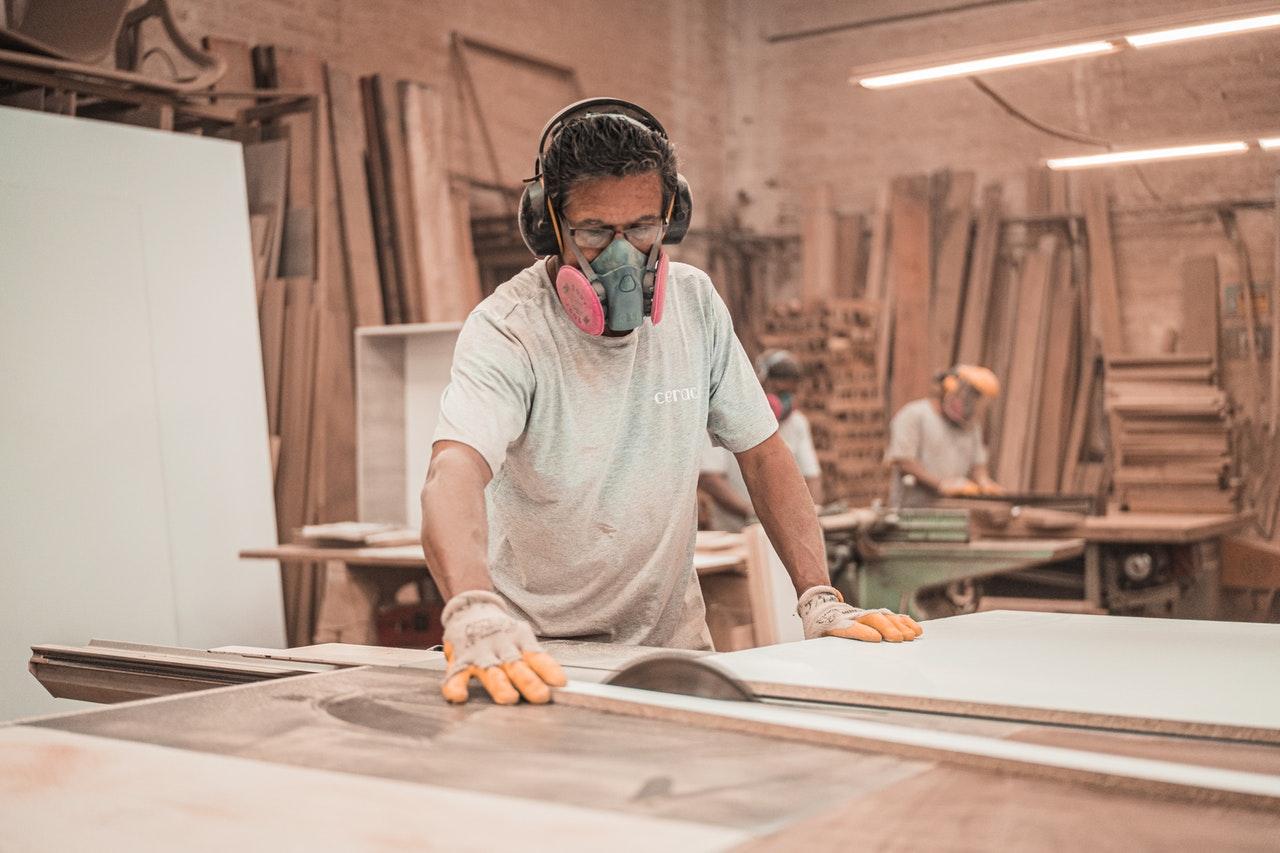 Homme utilisant une scie circulaire dans un atelier