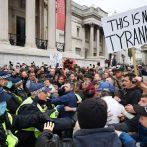 La police affronte des milliers de personnes alors que les manifestants protestent contre les restrictions du COVID-19 au Royaume-Uni