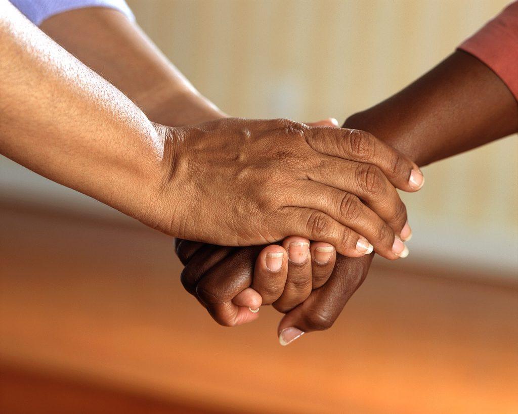 Deux personnes ce serrant les mains, soutien, aide