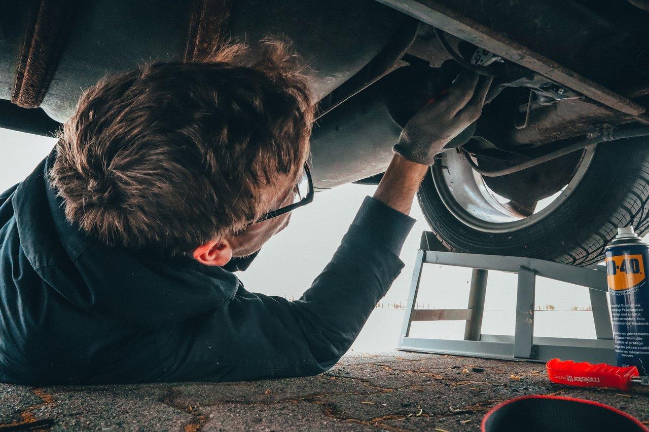 Garagiste travaillant sur voiture pour contrôle technique