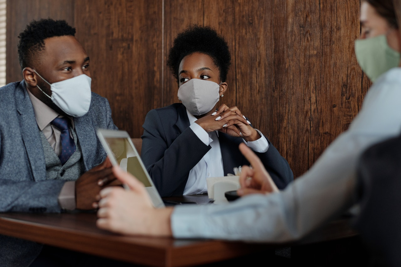 Sarariés en réunion portant le masque