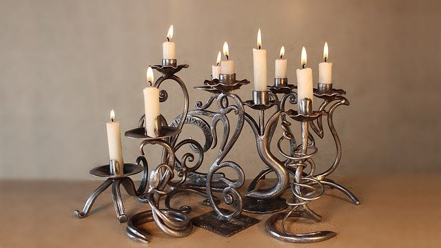 un chandelier en cuivre