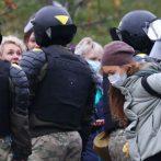 Plus de 900 personnes arrêtées lors de manifestations antigouvernementales au Bélarus, selon un groupe de défense des droits humains