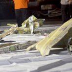 Des plongeurs indonésiens découvrent des parties d'une épave d'avion dans la mer de Java