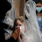 L'hôpital développe un `` rideau étreignant '' pour que les enfants malades touchent leurs proches