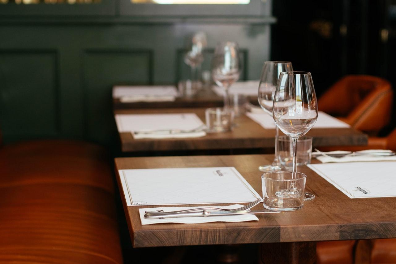 Table de restaurant avec menu et table dressée