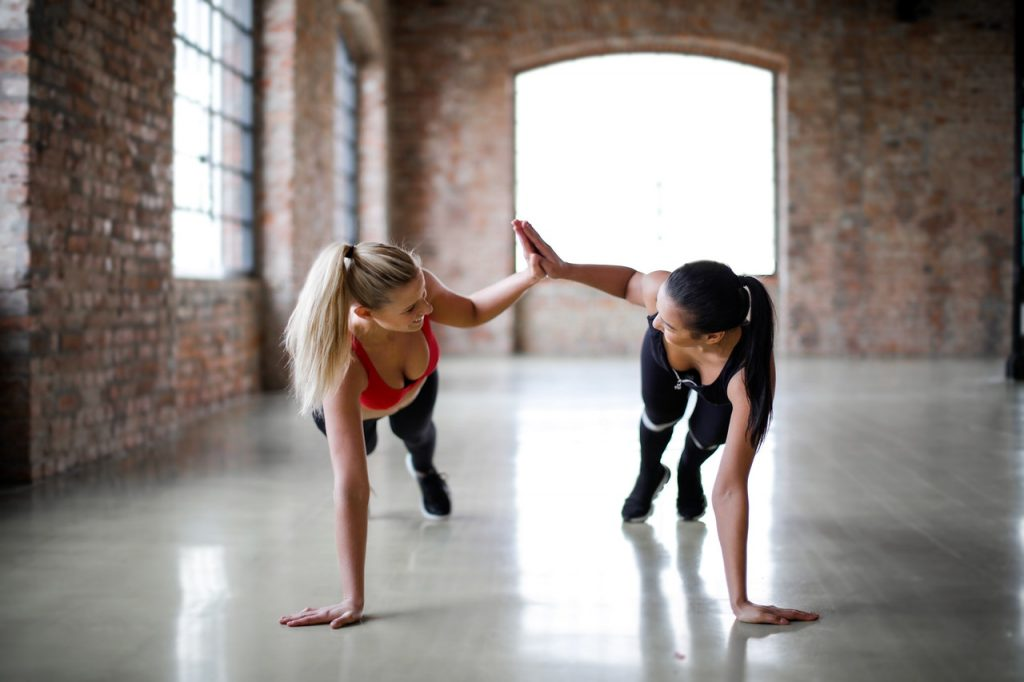 Deux femmes faisant exercices de fitness gainage, soutient