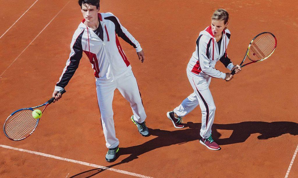 Joueurs de tennis portant survêtements identiques