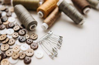 Boutons, bobines de fils et épingles à nourrisse pour la couture