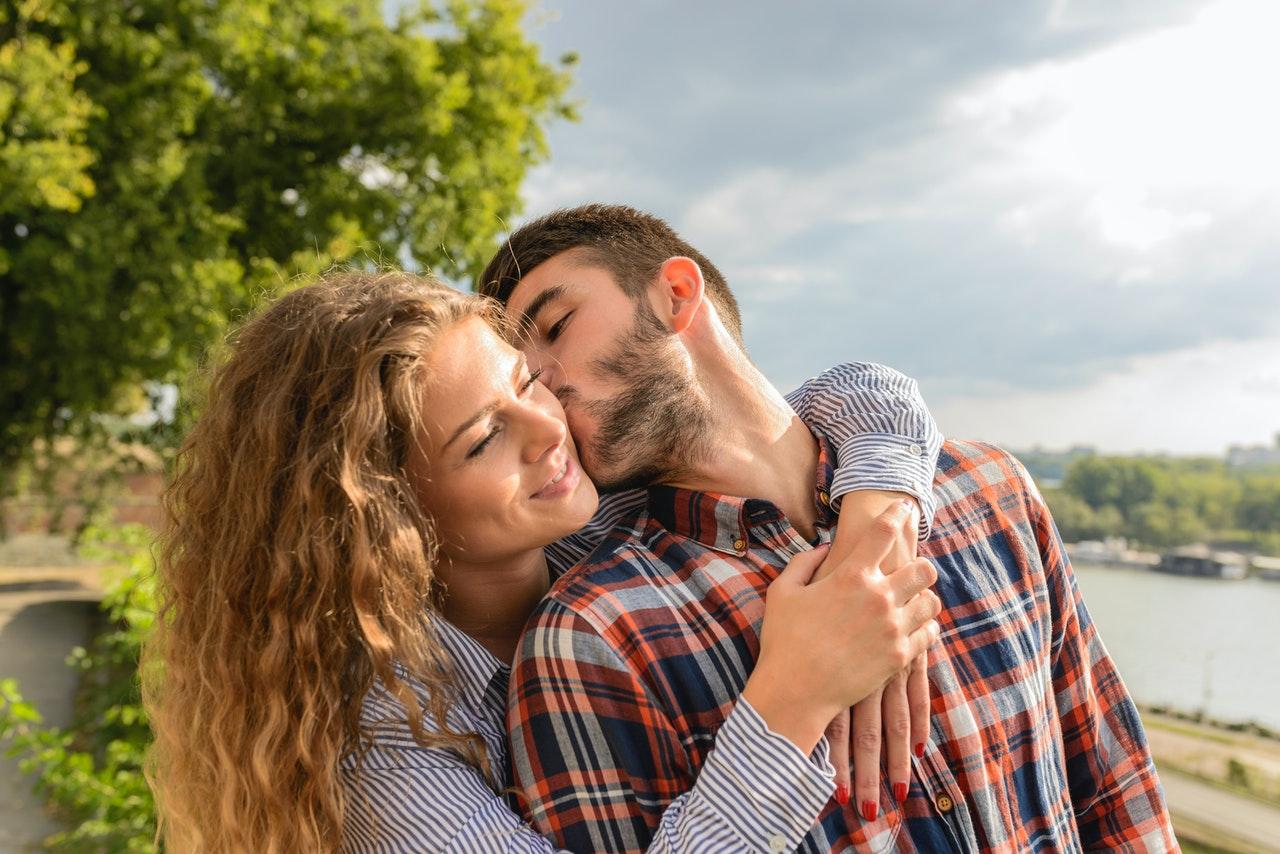 Couple qui se fait un bisou
