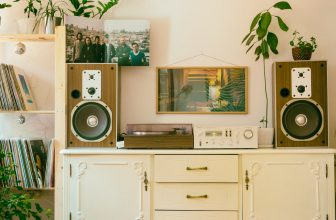 Desserte, meuble avec ancienne chaine hifi posées sur son dessus, style vintage