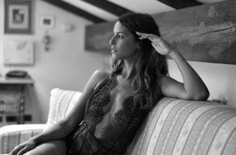 Femme assise portant un body décolleté en dentelle