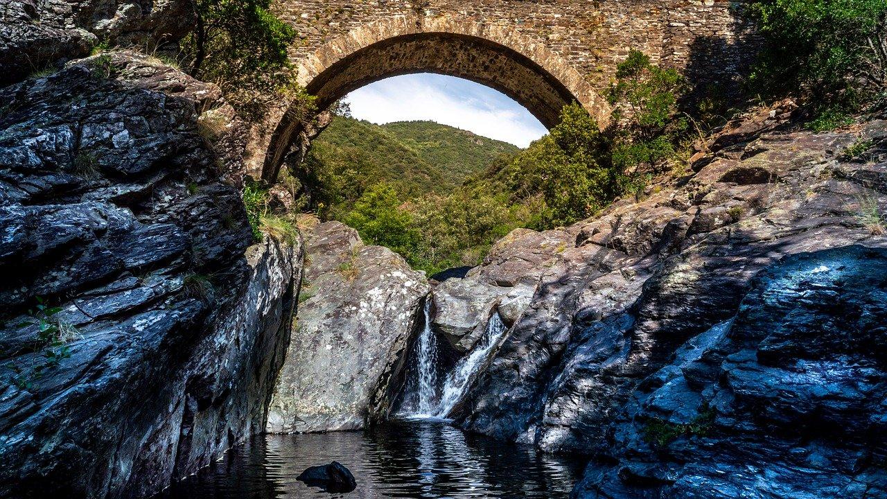 Ancien pont passant une rivière en Ardèche