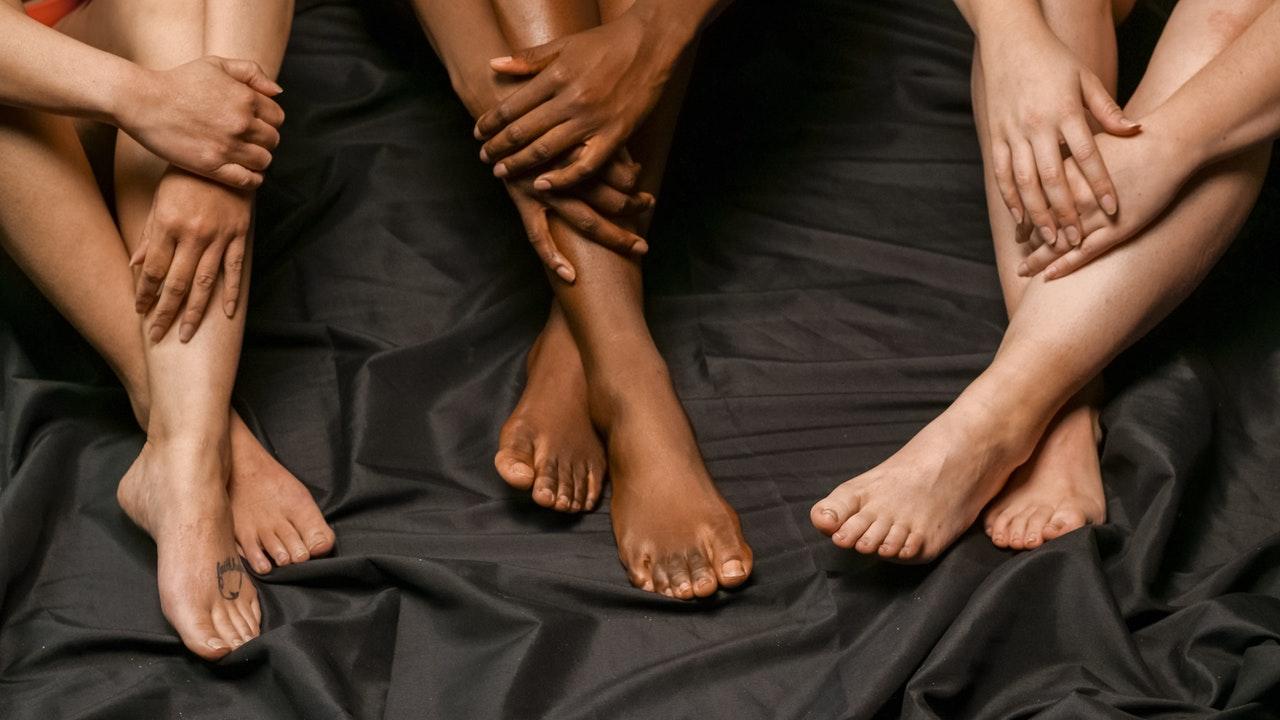 Trois femme assise jambe croisées