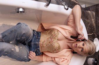 FEmme dans une baignoire toute habillé sexy, au téléphone
