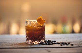 Verre de rhum arrangé avec écorce d'orange et grain de café