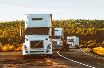3 camions arrêtés sur la bas côté coucher de soleil