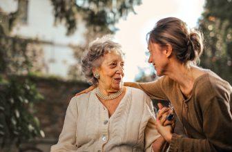 Belle-mère et sa belle-fille se prenant dans les bras souriante en extérieure