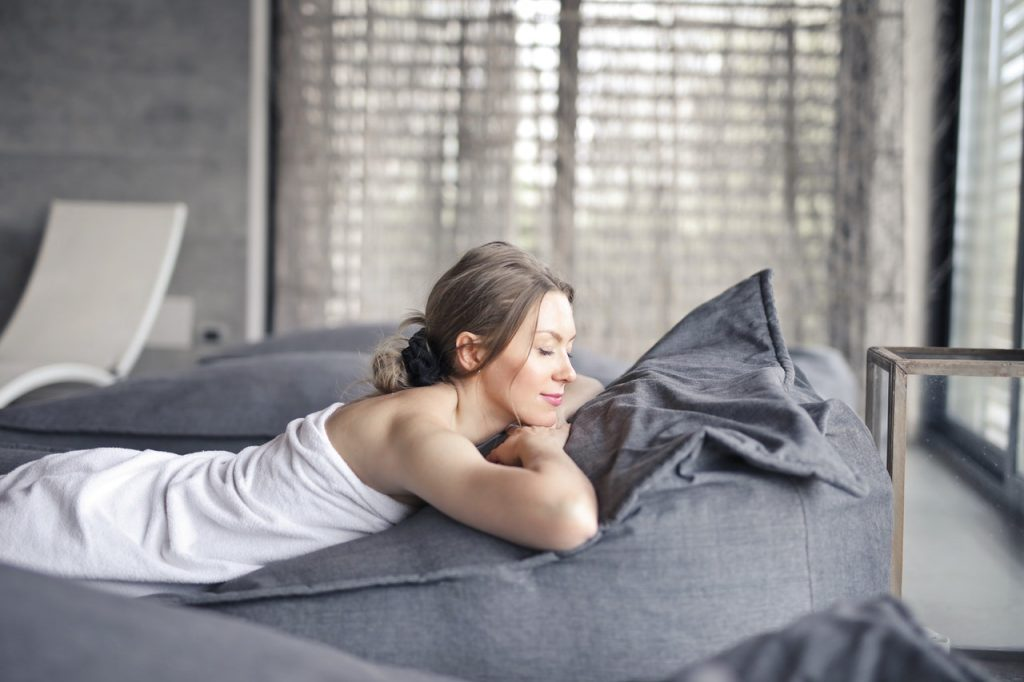 Femme durant un moment détente, dans un spa pour un massage