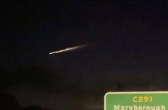 """Une vidéo capture une boule de feu """" surréaliste """" traversant le ciel nocturne australien"""