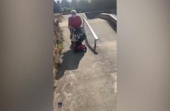 'Weee!': Grand-mère monte un scooter de mobilité dans un skate park pour célébrer après des mois de quarantaine